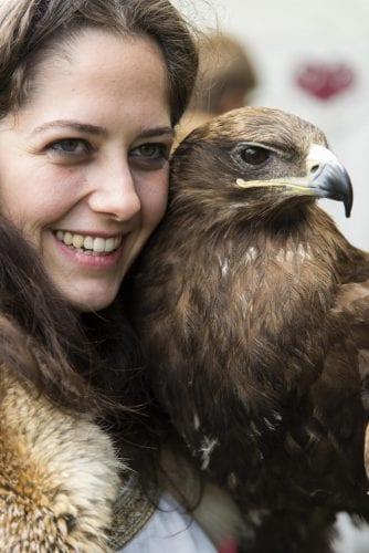 3-Junge Dame mit Adler