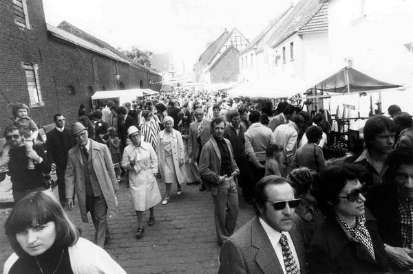 Besucher auf dem Flachsmarkt (Der Oberbürgermeister, Stadtarchiv Krefeld, Obj.Nr. 9793)